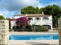 Villa with plot of 1903 m2 in Calpe, located in a quiet area, walking to the beach, supermarkets, restaurants