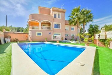 Villa near the center of Calpe, a short distance from the Arenal beach