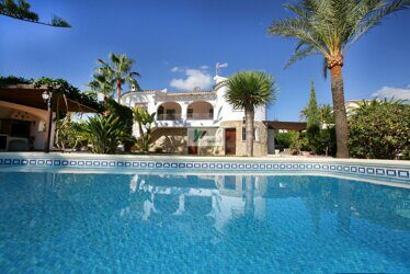 A beautiful villa with a large plot and open views in Moraira.