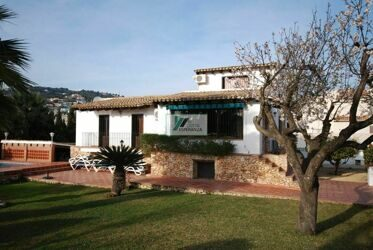 Beautiful villa in Calpe in rustic style divided into 3 levels.