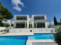 Newly built villa in Moraira 1.5 km from LAmpola beach. It is constricted. The new semi-detached house