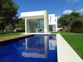 Villa,newly built, in one of the most prestigious areas of Moraira in Portet. It is located only 200m from the beach and a short distance from the center of Moraira with all services.