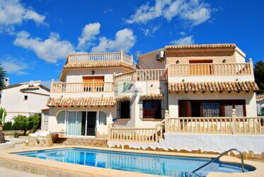 Villa in Calpe, with views to the sea and mountains. Two semi-detached bungalows with pool are sold